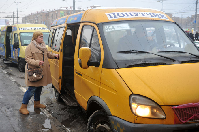 Passenger getting on a shuttle van in one of the Moscow districts. (RIA Novosti/Alexander Utkin)