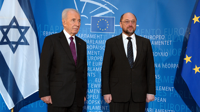 Israeli President Shimon Peres (L) and European Parliament President Martin Schulz listen to the European anthem upon arrival at the European Parliament in Strasbourg, northeastern France on March 12, 201 (AFP Photo / Frederick Florin)