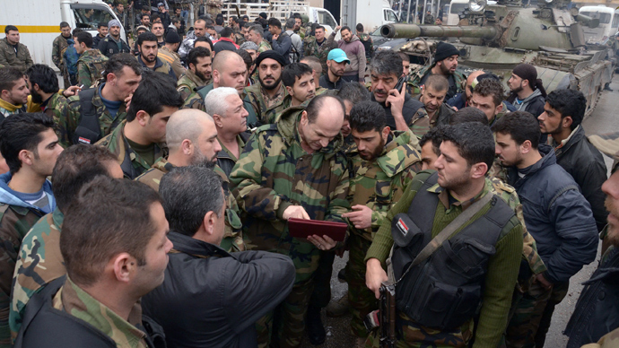 Syrian government forces are briefed before their deployment in the streets of Syria's second city Aleppo (AFP Photo / STR)