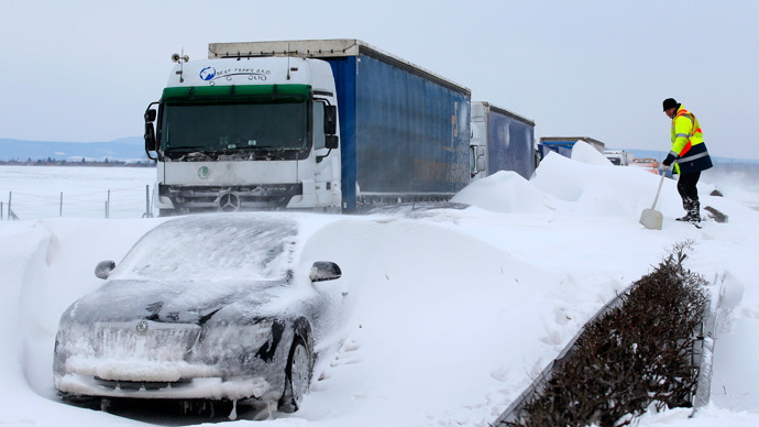 Hungary sends tanks to rescue thousands of people from snow trap (PHOTOS)