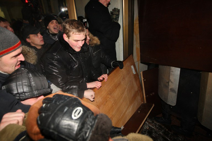 Protesters try to storm into the Belarus government building during an opposition rally in Minsk early on December 20, 2010. (AFP Photo / Alexey Gromov)