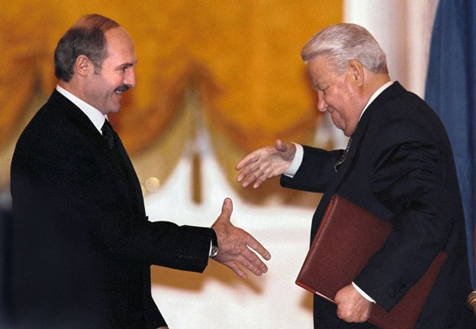 Former Russian president Boris Yeltsin and his Belarus counterpart Alexander Lukashenko smiles before shaking hand during the signing ceremony of a treaty on establishing a union state by Russia and Belarus in Moscow's Kremlin, 08 December 1999. (AFP Photo)