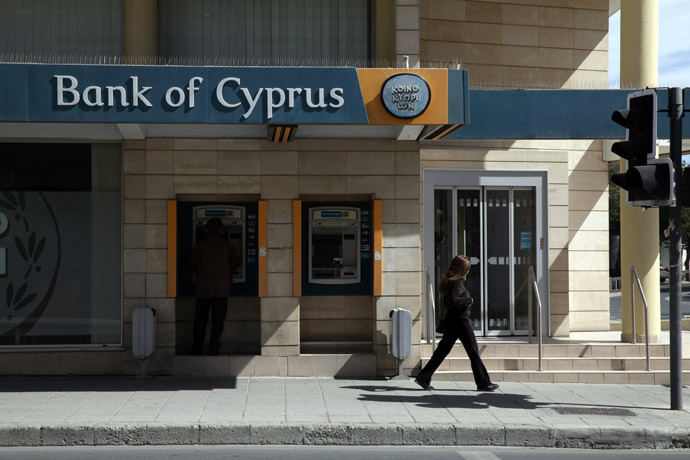 A man withdraws money from an ATM in the Cypriot capital of Nicosia on March 16, 2013. (AFP Photo)