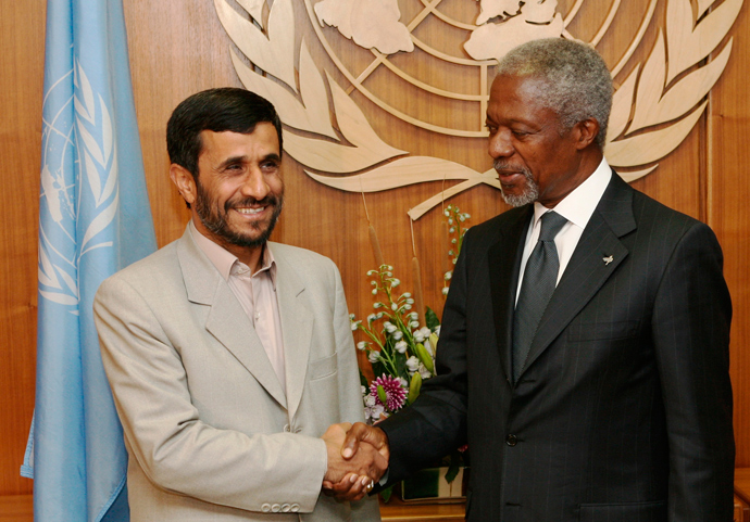 Iranian President Mahmoud Ahmadinejad (L) meets United Nations Secretary General Kofi Annan before addressing the 61st General Assembly of the United Nations at the U.N. Headquarters in New York, September 19, 2006 (Reuters / Jeff Zelevansky)