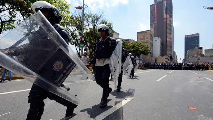 Police in riot gear deploy in downtown Caracas on March 21, 2013 during a demonstration of opposition students demanding to the National Electoral Council (CNE) transparency during the presidential elections next February 14 (AFP Photo / Juan Barreto)