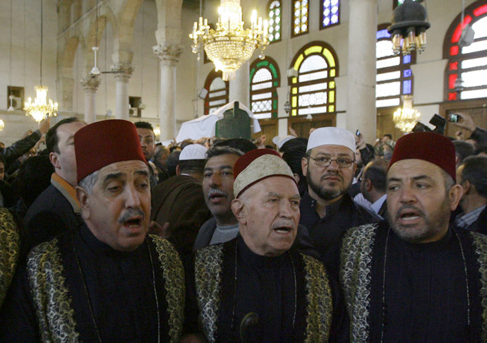 People take part in the funeral ceremony of Sunni Muslim cleric Mohamed Saeed al-Bouti, who died in a suicide bomb attack, on March 23, 2013 at the Omayyad mosque in the Syrian capital Damascus. (AFP Photo)