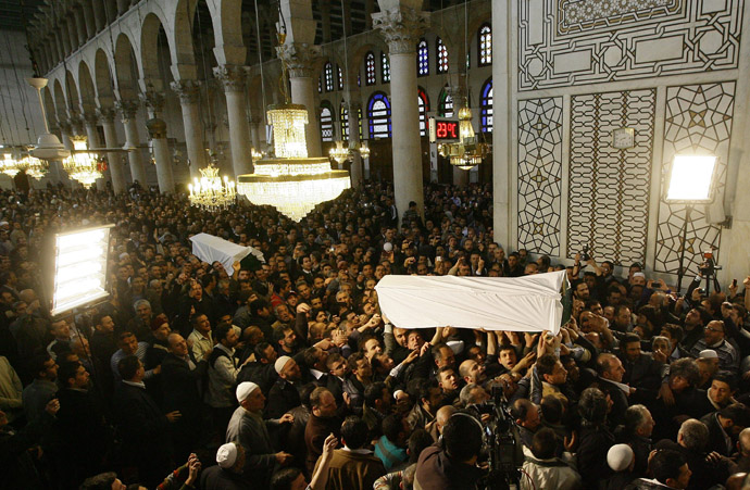 The coffins of Sunni Muslim cleric Mohamed Saeed al-Bouti and his grandson Ahmed al-Bouti, who both died in a suicide bomb attack, are carried during their funeral ceremony on March 23, 2013 at the Omayyad mosque in Damascus, Syria. (AFP Photo)
