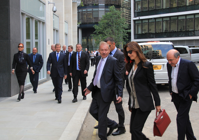 Entrepreneurs Roman Abramovich (second left) and Boris Berezovsky (right) heading for the High Court of London to attend the lawsuit brought by B.Berezovsky against R.Abramovich on October 3, 2011. (RIA Novosti / Elena Pakhomova)