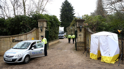 A police car and a police tent are positioned outside the gates of the house of Russian tycoon Boris Berezovsky in Sunningdale near Ascot in Berkshire, southwest of London, on March 25, 2013 (AFP Photo / Ben Stansall)
