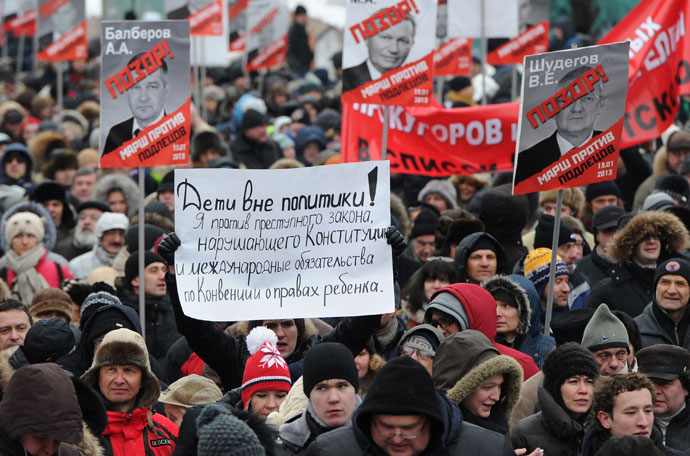 Participants attend the rally against the law that bans the adoption of Russian children by U.S. citizens.(RIA Novosti / Alexander Vilf)