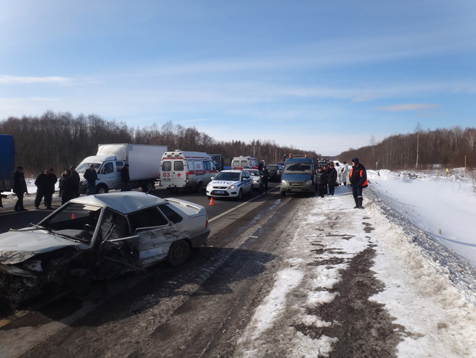 The site of a highway accident in the Vologda Region involving a bus carrying children. (RIA Novosti)