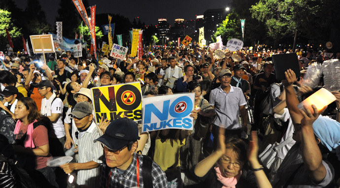 Pprotesters hold placards and shout slogans as they take part in a rally in front of Japan's parliament, to demonstrate against the use of nuclear power following the 2011 Fukushima atomic crisis, in Tokyo on July 29, 2012 (AFP Photo / Kazuhiro Nogi)