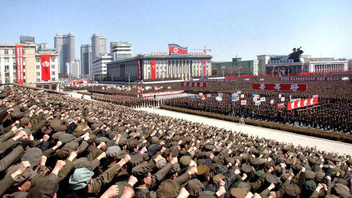Norte-coreanos incluindo soldados participar de um comício de apoio de ordem líder norte-coreano Kim Jong-un para colocar as suas unidades de mísseis em modo de espera, em preparação para uma possível guerra contra os EUA e Coreia do Sul, em Pyongyang 29 de março de 2013. (Reuters / KCNA)