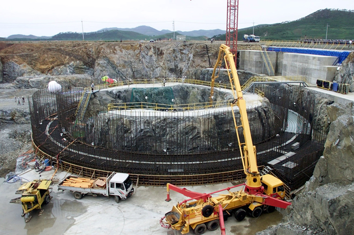 Workers construct a nuclear reactor in the North Korean village of Kumho in this file photo taken August 7, 2002. (Reuters)