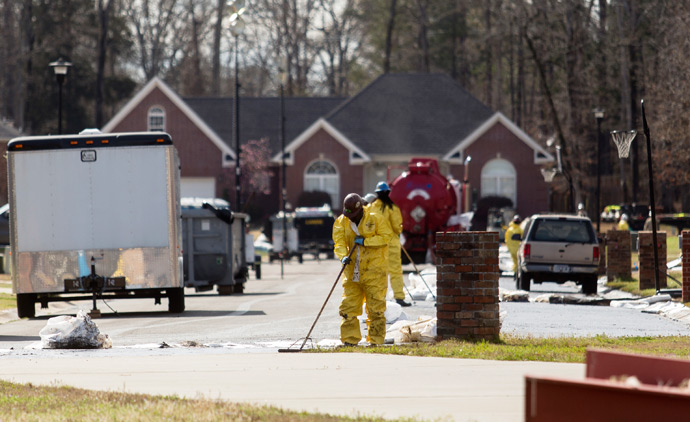 Emergency crews work to clean up an oil spill in front of evacuated homes on Starlite Road in Mayflower, Arkansas March 31, 2013 (Reuters / Jacob Slaton)