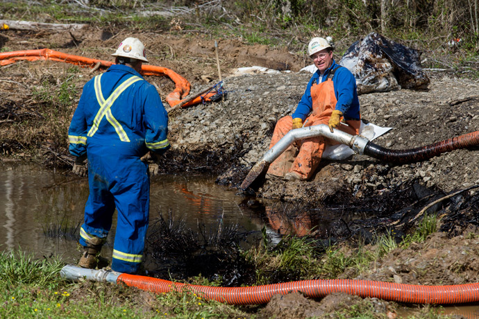 Emergency crews work to clean up an oil spill near Interstate 40 in Mayflower, Arkansas March 31, 2013 (Reuters / Jacob Slaton)