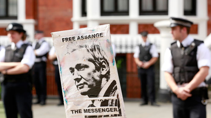 Police and protesters wait for Wikileaks founder Julian Assange to speak to the media outside the Ecuador embassy in west London August 19, 2012.(Reuters / Olivia Harris)