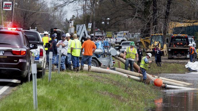 Emergency crews work to clean up an oil spill near Interstate 40 in Mayflower, Arkansas March 31, 2013 (Reuters / Jacob Slaton)