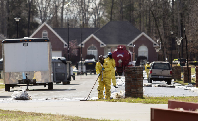 Emergency crews work to clean up an oil spill in front of evacuated homes on Starlite Road in Mayflower, Arkansas March 31, 2013. (Reuters)