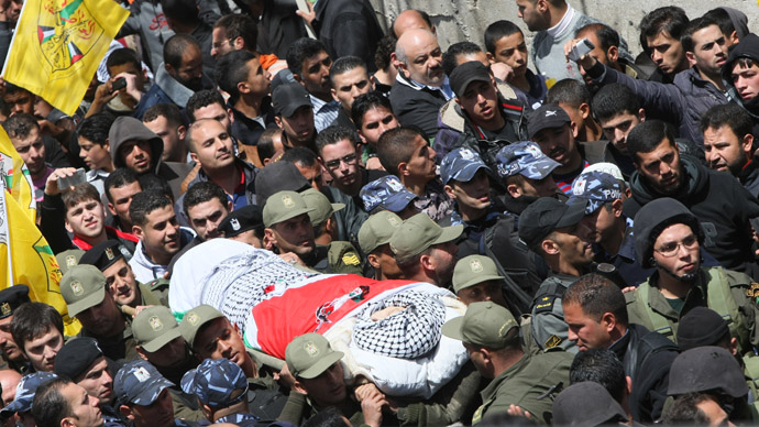 Mourners attend the funeral of Maisara Abu Hamdiya, a Palestinian prisoner who died of cancer while in Israeli detention, in the West Bank city of Hebron April 4, 2013. (AFP Photo)