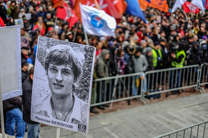 Hundreds of protestors rallied in central Moscow on Saturday to demand the release of political activists jailed after clashes with the police on the eve of Vladimir Putin's return to the Kremlin last year. (RIA Novosti / Andrei Stenin)