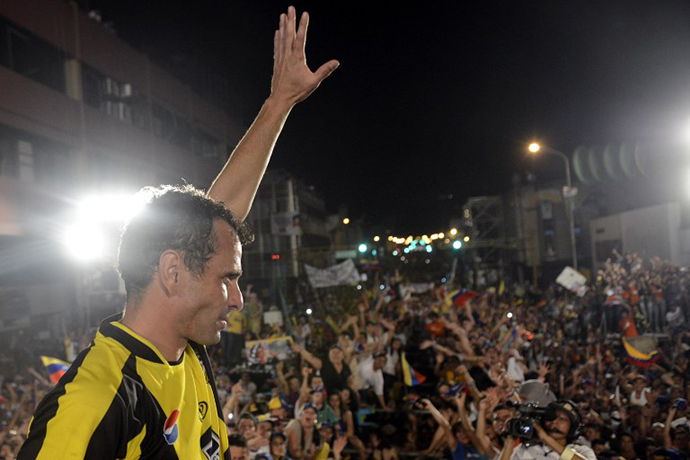 Venezuelan opposition presidential candidate Henrique Capriles Radonski waves to supporters during a campaign rally in San Cristobal, Tachira state, Venezuela on April 6, 2013. (AFP Photo / Leo Ramirez)