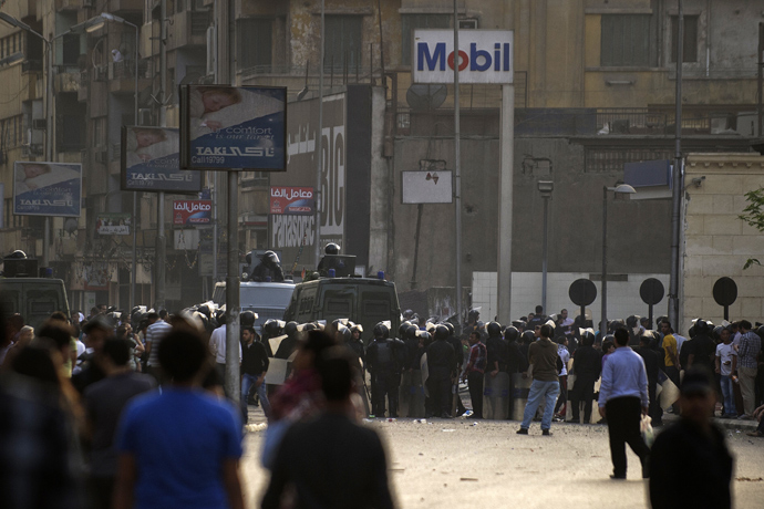 Egyptian riot police stand by during sectarian clashes outside the Egyptian Coptic Cathedral in Cairo's Abbassiya neighbourhood on April 7, 2013 (AFP Photo / Gianlugi Guercia)