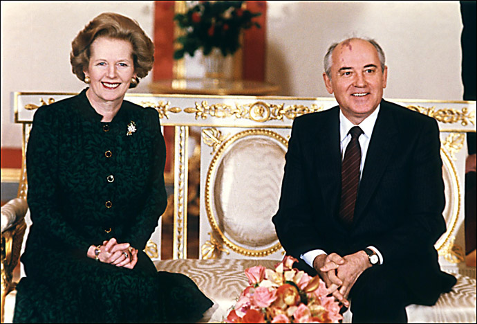 In a file picture taken on 30 March, 1987, British Prime Minister Margaret Thatcher (L) poses with Soviet leader Mikhail Gorbachev (R) at the start of talks at the Kremlin in Moscow. (AFP Photo)