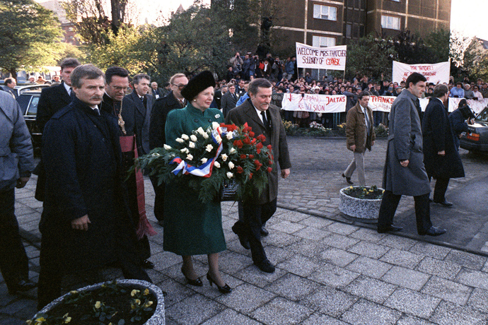 British Prime Minister Margaret Thatcher and Solidarity leader Lech Walesa walk on November 4, 1988 with a wreath to the Gdansk monument commemorating the shipyards workers's killing in 1970 (AFP Photo / EPA)