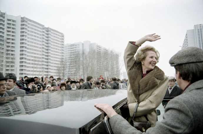 British Prime Minister Margaret Thatcher greeting curious Moscovites who gathered to see her in Moscow, during her official visit in USSR on March 29, 1987 (AFP Photo / Files / Daniel Janin