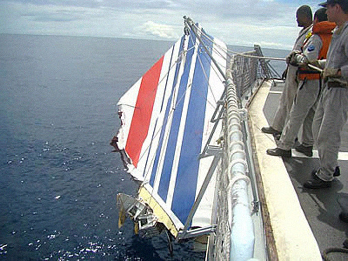 Handout picture released June 9, 2009 by the Brazilian Navy showing a piece of the tailfin of the Air France A330 aircraft that crashed June 1 while in midflight over the Atlantic ocean, being hoisted by a Navy rescue vessel. (AFP Photo/Brazilian NAVY)
