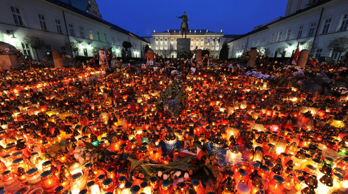 A sea of candles were laid out in front of the presidential palace in the early hours on April 11, 2010 in Warsaw following the Polish government Tupolev Tu-154 aircraft crash near Smolensk airport. (AFP Photo / Joe Klamar)