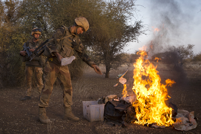 French soldiers from the 92nd Regiment Infanterie burn items allegedly belonging to Mujao forces on April 8, 2013 during a military operation some 105 kilometers North of Gao (AFP Photo / Joel Saget)