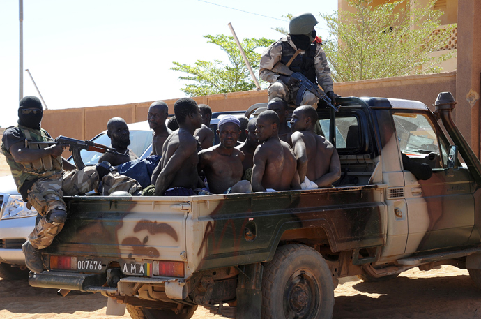 Malian soldiers transport in a pickup truck a dozen suspected Islamist rebels on February 8, 2013 after arresting them north of Gao (AFP Photo / Pascal Guyot)