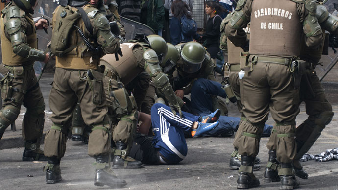 Students are arrested by riot police during a protest to demand Chilean President Sebastian Pinera's government to improve the public education quality, in Santiago, on April 11,2013.(AFP Photo / Claudio Santana)