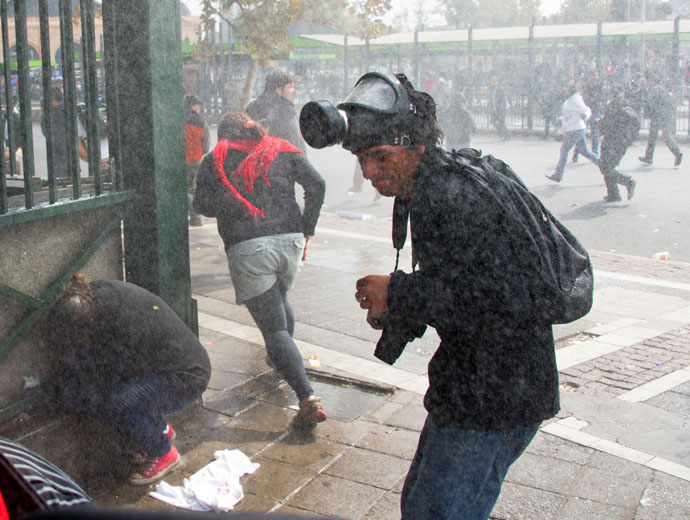 Students clash with riot police during a protest to demand Chilean President Sebastian Pinera's government to improve the public education quality, in Santiago, on April 11,2013.(AFP Photo / Martin Bernetti)