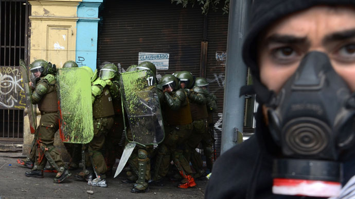 Students clash with riot police during a protest to demand Chilean President Sebastian Pinera's government to improve the public education quality, in Santiago, on April 11,2013.(AFP Photo / Pablo Tapia)