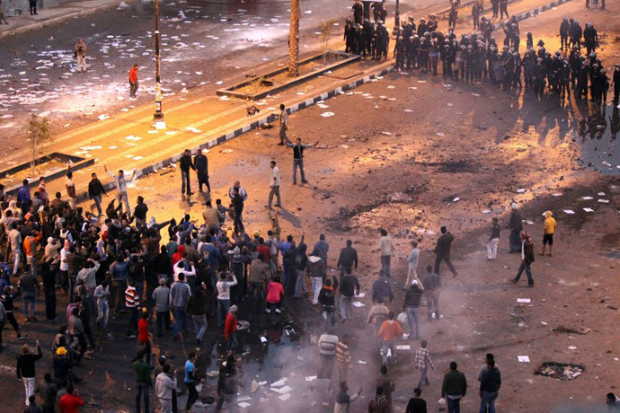 Egyptian demonstrators (L) demanding the ouster of President Hosni Mubarak stand opposite anti-riot police during clashes in Suez, northern Egypt, on January 27, 2011. (AFP Photo / Khaled Desouki)