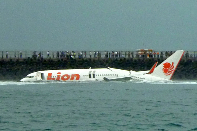 A Lion Air Boeing 737 lies submerged in the water after skidding off the runaway during landing at Bali's international airport near Denpasar on April 13, 2013 (AFP Photo / Karna Surya Putra)