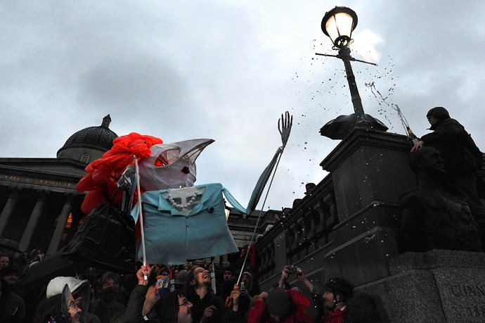 An effigy of late British former prime minister Margaret Thatcher is carried during an anti-Thatcher party celebrating her death in Trafalgar Square in central London on April 13, 2013. (AFP Photo)