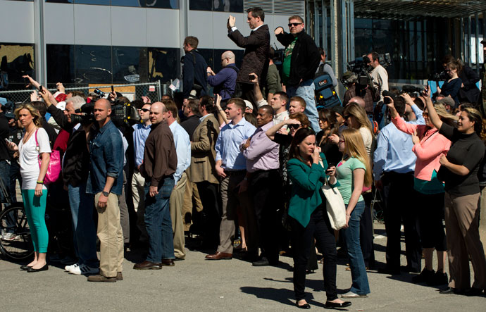Onlookers and media outside the US.Federal Courthouse as it is evacuated because of a bomb threat April 17, 2013 in Boston.(AFP Photo / Don Emmert)