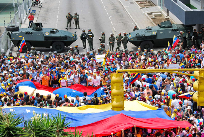 Supporters of Venezuelan presidential candidate Henrique Capriles protest in front of the Regional CNE (National Election Council) in Merida, Merida State on April 16, 2013 (AFP Photo / Jose Antonio Rivas)