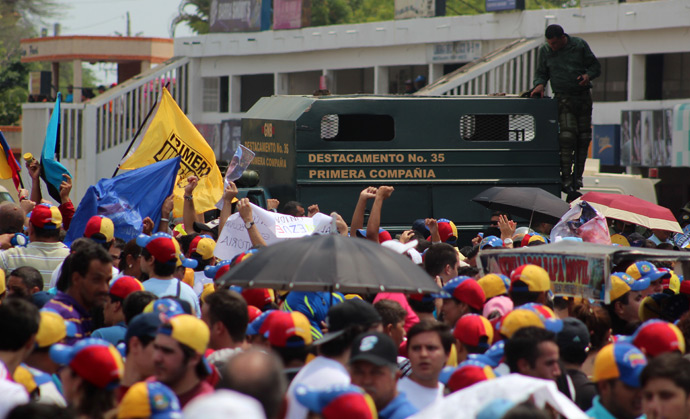Supporters of Venezuelan presidential candidate Henrique Capriles protest in front of the Regional CNE (National Election Council) in Maracaibo, Zulia state on April 16, 2013 (AFP Photo / Argemary Bernal)