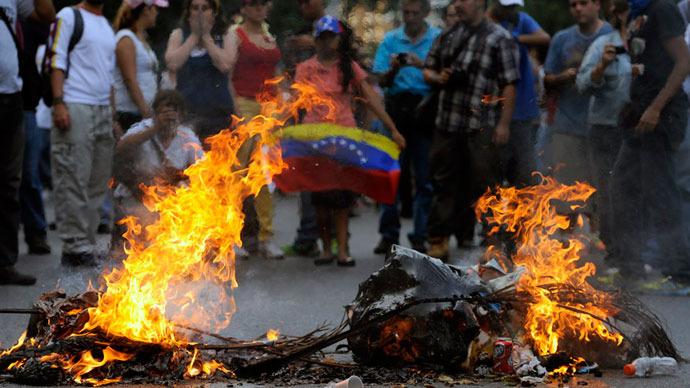 Incêndios são iniciados durante os protestos.  Maduro venceu por cerca de 300.000 votos.  É a segunda eleição Capriles perdeu em menos de um ano. (AFP Photo / Leo Ramirez)