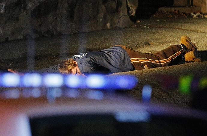 Οι αστυνομικοί (δεν απεικονίζεται) κρατήσει έναν άνδρα στο έδαφος Watertown, Μασαχουσέτη 19η Απριλίου 2013 μετά τον πυροβολισμό ενός αστυνομικού στο Ινστιτούτο Τεχνολογίας της Μασαχουσέτης (MIT).  (Reuters / Brian Snyder)