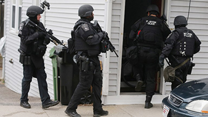 SWAT team members search for one remaining suspect at a residential building on April 19, 2013 in Watertown, Massachusetts. (AFP Photo / Mario Tama)