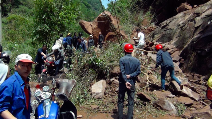 Rescuers try to remove rocks blocking a road after a strong earthquake of 6.6 magnitude hit Lushan county, Ya'an, Sichuan province April 20, 2013.(Reuters / Stringer)