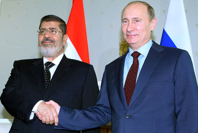 Russia's President Vladimir Putin (R) shakes hands with his Egyptian counterpart Mohamed Mursi during their meeting in the Black Sea resort of Sochi, on April 19, 2013.(AFP Photo / Mikhail Klimentyev)