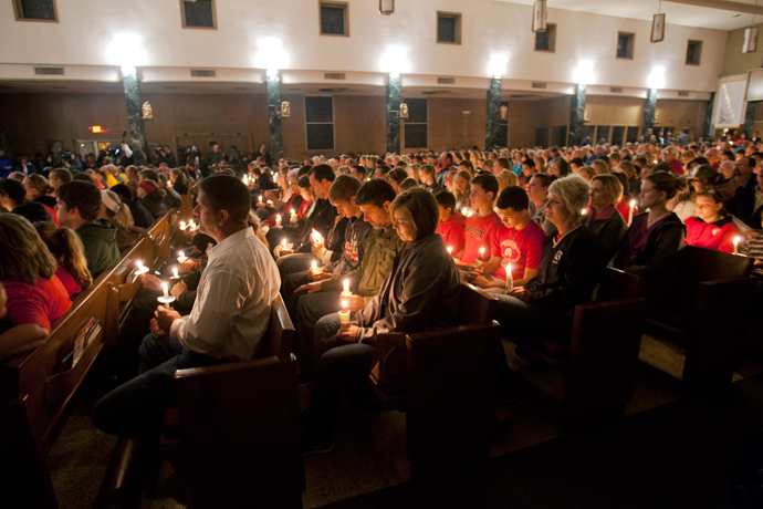 Residents take part in a candle light vigil at St. Mary's Catholic Church in remembrance of those who lost their lives or were injured in the massive explosion at the fertilizer plant in West, Texas, April 18, 2013 (Reuters / Jaime R. Carrero)