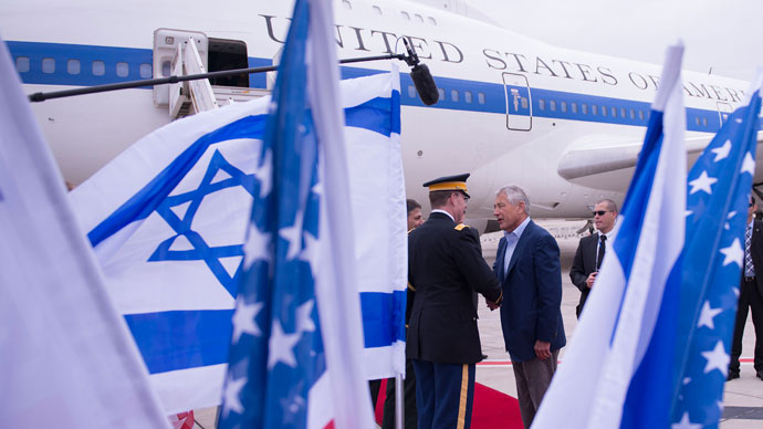 US Secretary of Defense Chuck Hagel (R) shakes hands with dignitaries as he arrives in Tel Aviv, Israel on April 21, 2013.(AFP Photo / Jim Watson)